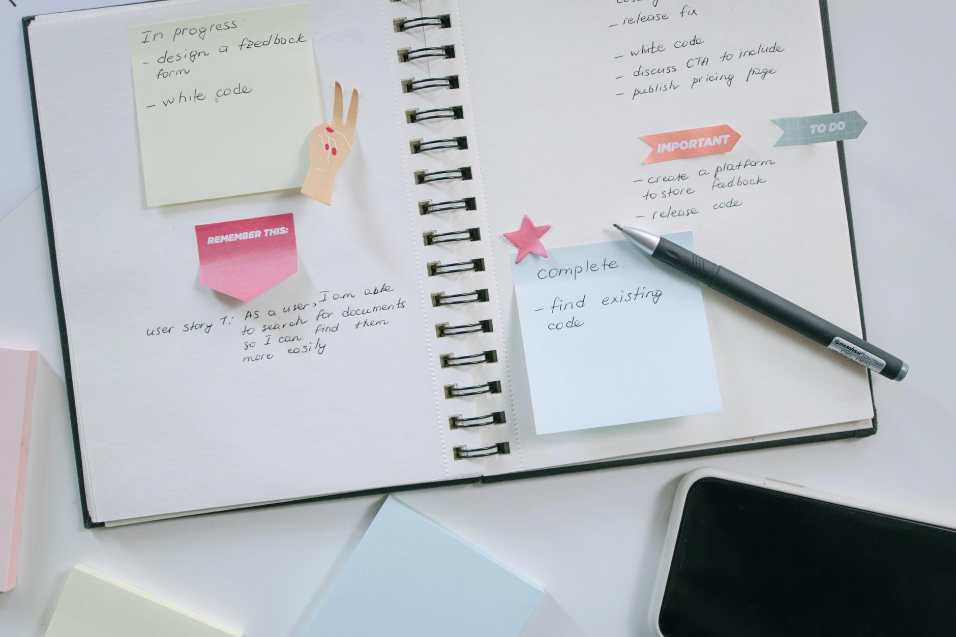 Erilaiset daily tai weekly plannerit ovat käteviä apulaisia ajankäytön hallinnassa ja tärkeiden asioiden listaamisessa.
